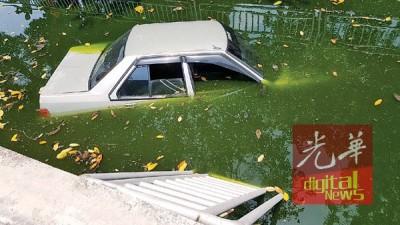 该车子撞断路边一排10余尺的防护铁栏杆。