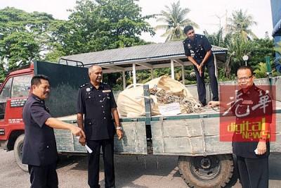 阿都拉(右起)、查案官祥龙警长、华苏警长及刑事调查主任阿米尔,亮起获的罗里以及铜线。