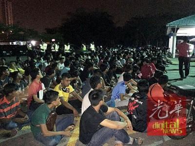 落网的飙车族们都被押往峇央峇汝警局。