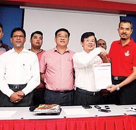 再迪代表呈交入格表格予曹观友,左五为槟州行动党组织秘书黄汉伟、右一为罗兴强及左一为吴俊强。