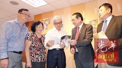 徐克成(右2)向刘展华推介其及癌共存著作,右1穆峰;左1方万春。