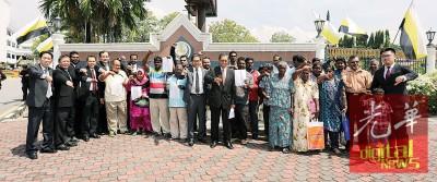 添仁奈都(左10)和尼查(左11)等人代表双溪马尼拉第三重组村20多名开垦者提呈备忘录予赞比里。
