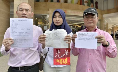 林立迎(左起)、拉拉及刘天球向媒体展示报案书、之前他们到Jakel贸易公司销费的单据以及《华尔街日报》针对纳吉的报道。