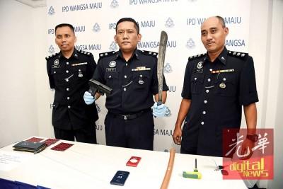 莫哈最终雷(着)亮警方起获的假枪和巴冷刀。