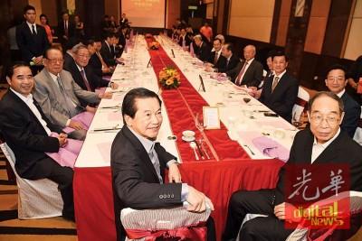 尤权(前排右起)在李深静陪同下,出席午餐交流会。右起为黄惠康,方天兴;左2起为杨忠礼、钟廷森。