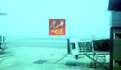亚庇机场受烟霾笼罩,能见度下降,但仍可如常运作。