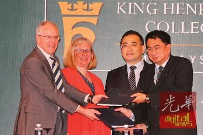 魏家祥(右2由)和艾玛见证保罗(左起)同何志富签名合约。