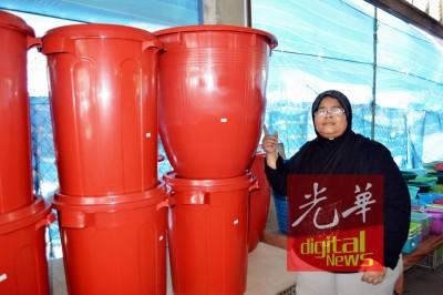 莎丽法指出店内最好卖的巨型水桶。