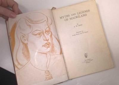 女孩当年不小心将书带到海外,直至最近回国才将书归还。