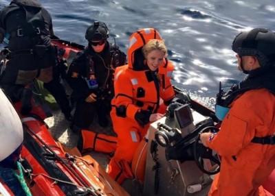 利斯陶格穿上包裹全身的橙色救生衣,未雨绸缪下和。