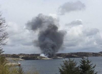 挪威一架直升机在小岛坠毁,冒出大量浓烟。