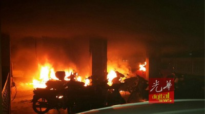 火势猛烈且迅速地吞噬许多摩托车车。