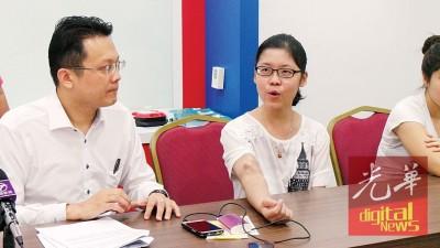 林秋芳向媒体展示其肿胀的手臂。