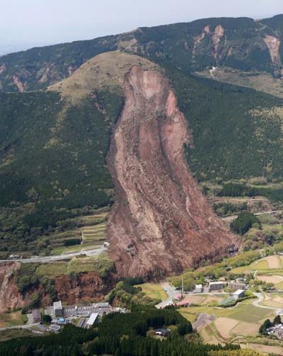 地震引发大规模土崩。(法新社照片)