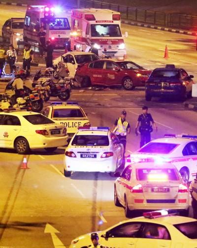 """""""通缉犯""""为躲警方闯路障,结果引发连环车祸,造成7人受伤。"""