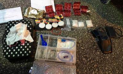 警方从轿车内搜出毒品及一些吸毒器具。