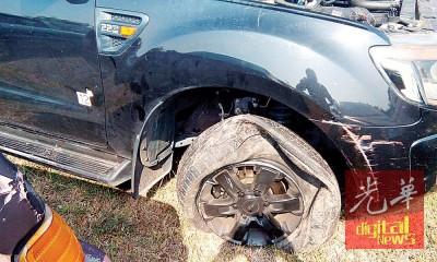 匪车前右轮被射破。