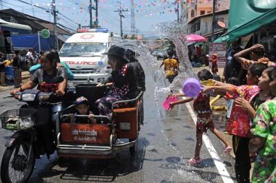 不少人泼水节涌到街上大玩水战,容易乐极生悲。(法新社照片)