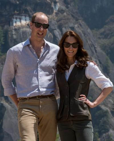 虎穴寺就在威廉夫妇身后峭壁上。