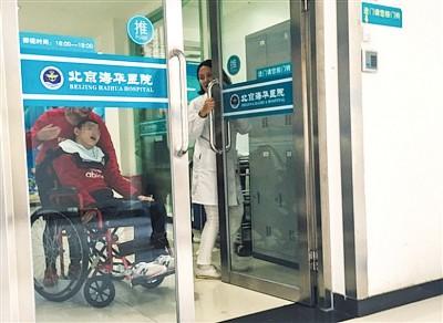 涉事医院不时有脑瘫患者出入。