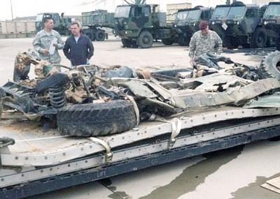 美军空投装备失败,悍马车坠地变废铁。图为士兵检查报废军车。