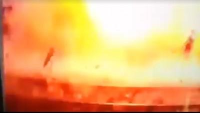 现场爆炸威力极大,数辆摩托车也被炸毁。