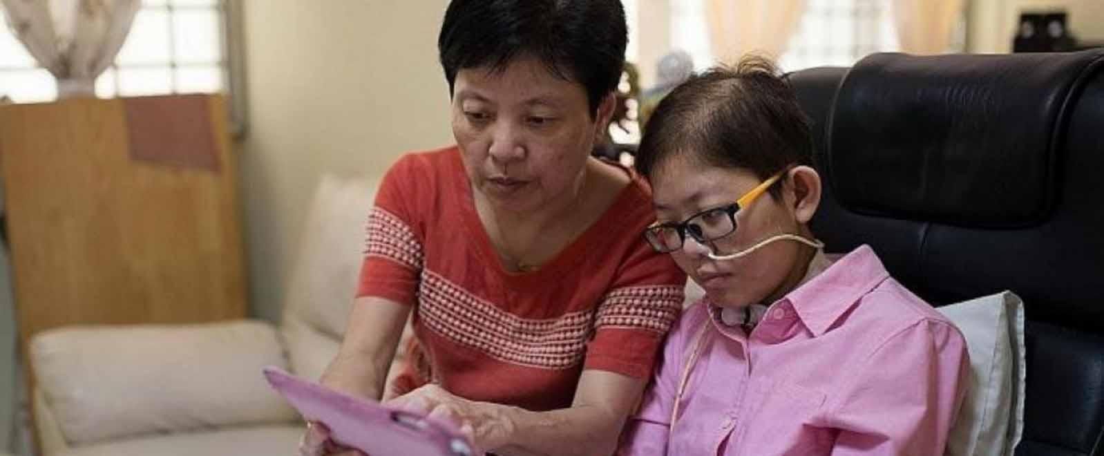 陈太太陪女儿一起看最新的韩剧,尝试新的食谱,两人形影不离。