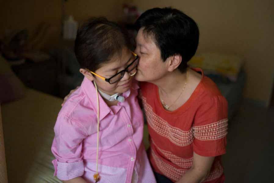 女儿17岁时被诊断出患上线粒体脑病综合征,陈女士对女儿不离不弃。