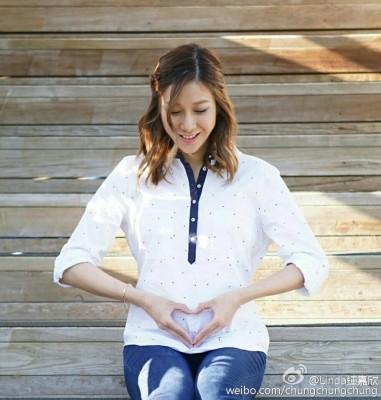钟嘉欣在微博透露已怀孕。