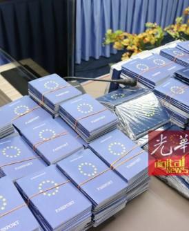 """波德申警方起获大批""""欧盟国护照""""。"""