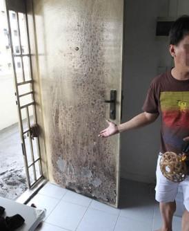 陈勇中表示,火患不只烧毁了大门,还有门前的两双拖鞋和一双皮鞋。