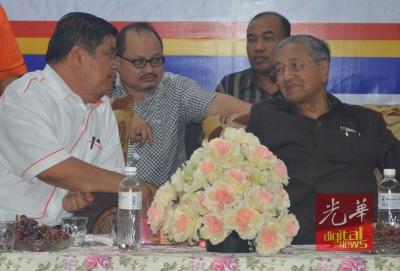 莫哈最后沙布同敦马哈迪(右)每当台上互相交谈。