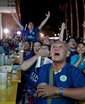 """在曼谷一饮食中心,列斯特对曼联的直播,竟然吸引大量蓝衣""""狐狸""""球迷观看,而不是过往的红通通一片(红魔球迷)。随着列斯特几夺冠军,泰国""""暹狐""""球迷暴增中!"""