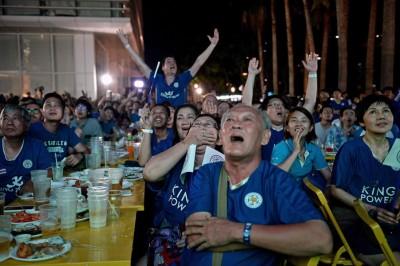 """每当曼谷一样饮食中心,排斯特对曼联的直播,甚至吸引大量蓝衣""""狐狸""""球迷观看,假若非是过往的红一片(红魔球迷)。乘列斯特几夺得冠军,泰国""""暹狐""""球迷暴增中!"""
