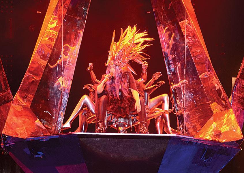 """演唱会由张惠妹分身""""阿密特""""火爆开场,头戴超高女王头饰,坐在悬空""""钻石型""""大吊台霸气空降的阿密特,以爆发力十足的歌声,一开场就让现场气氛瞬间升温。"""