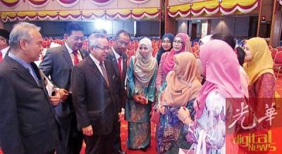 公共服务局总监莫哈末查比迪(左3)与州政府的公务员交流,由州秘書拿督峇卡丁(右)陪同。
