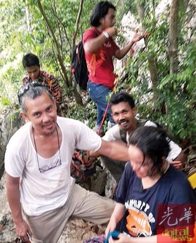 女生被救出后送往医院进一步观察。