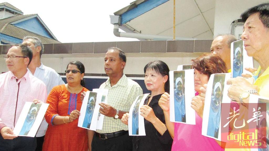 古拉(左3)及张志坚(左1)陪同英迪拉(左2)到怡保警察总部备案,促请前夫交出幼女。