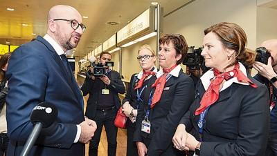 永利国际平台与机场职员对话。(法新社照片)