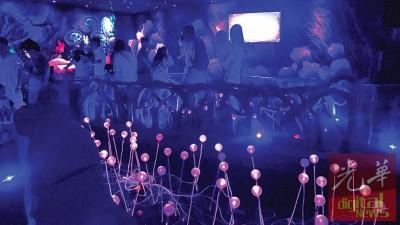 """""""虫鸣大地""""馆内的室内设计及灯管造型设计,让人为之惊艳。"""