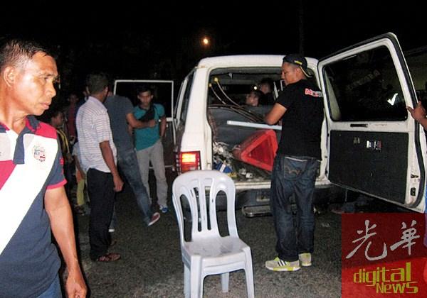肇事男子最终成功被制伏,带上警车。