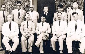 """1957年独立后,槟州行政议会,在首长王保尼(左二)带领下与州元首拉惹敦乌达合影。穿黑色大衣者为林苍祐。(图片来源 : """"The Unsung Patriot: Memoirs of Wong Pow Nee by Peter Wong Tet Phin & Koay Su Lyn)"""