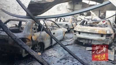 停泊在店内的4辆轿车被烧成废铁。