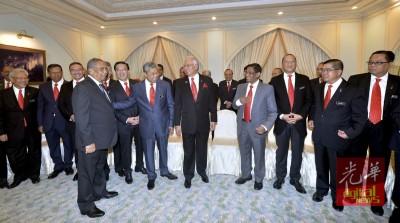 阁员与砂首长在合照后愉快畅谈。