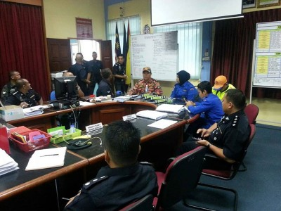 出于公安部,军方及消拯局组成的共搜救队伍今早集合在斯里阿曼警区总部进行汇报会,也接下来的海陆空搜救行动做准备。