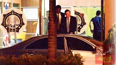 林冠英(右)在雷尔陪同下步出反贪会办事处时,脸上终于看到了笑容。