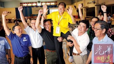 陈超耀于卑尔骚选区,击败寻求蝉联的步履党候选人林思健,喜上眉梢。