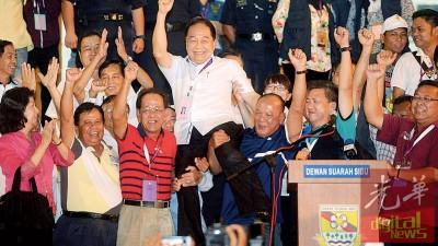 黄顺舸得峇旺阿山议席后,出于支持者愉悦地抬起欢庆。