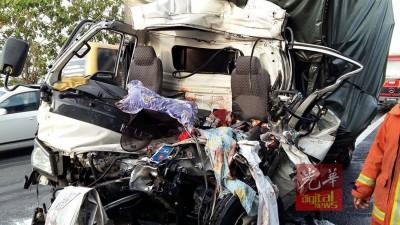 罗里车头严重破坏,司机重伤,乘客魂断公路。