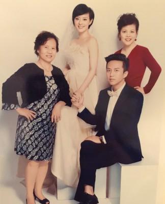"""邓超晒与孙俪婚纱照,嘴甜贺照片中3个当妈的女人""""母亲节快乐""""。"""